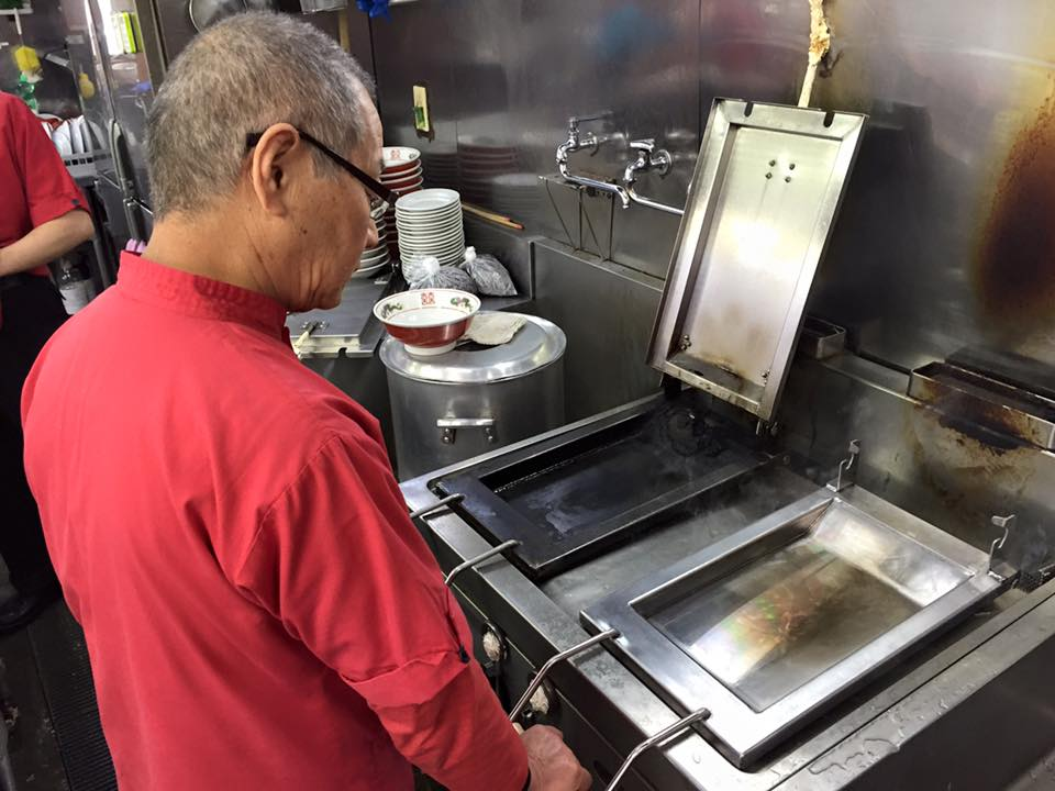 【悲報】ギョーザを焼く鉄板に穴が空きました。